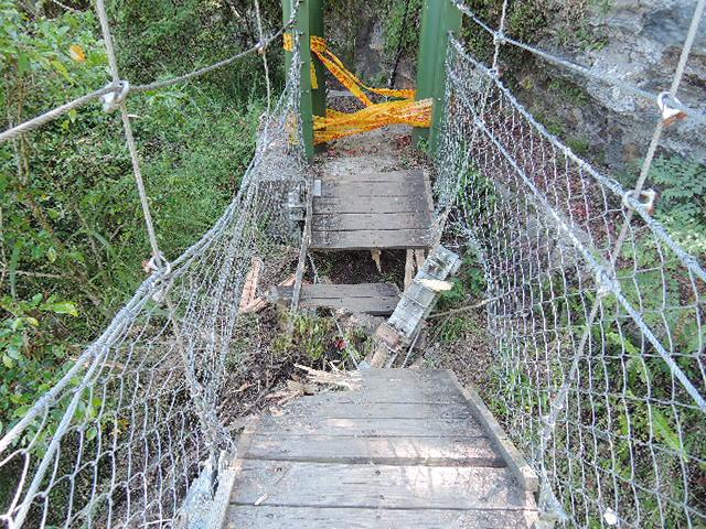 圖2雲龍瀑布棧橋損壞(拉上警示帶)