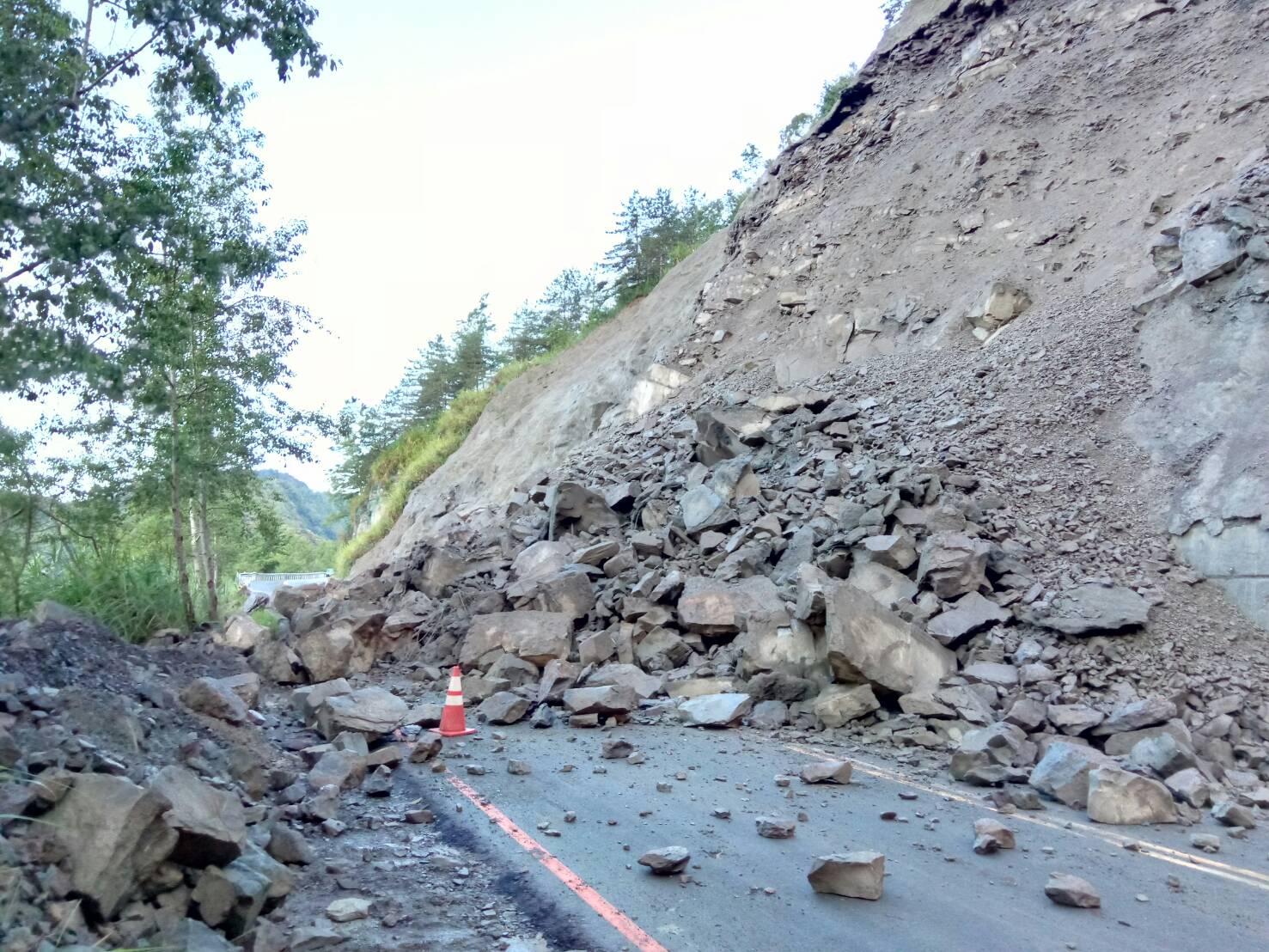 臺21線133.5K處107年6月22清晨落石坍方交通阻斷現況!
