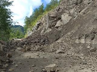 台21線133.5K處107年7月9日清晨落石坍方交通阻斷現況!
